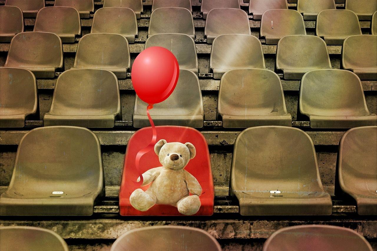 Bild mit Teddy auf einer Sitzreihe auf einzigem roten Platz