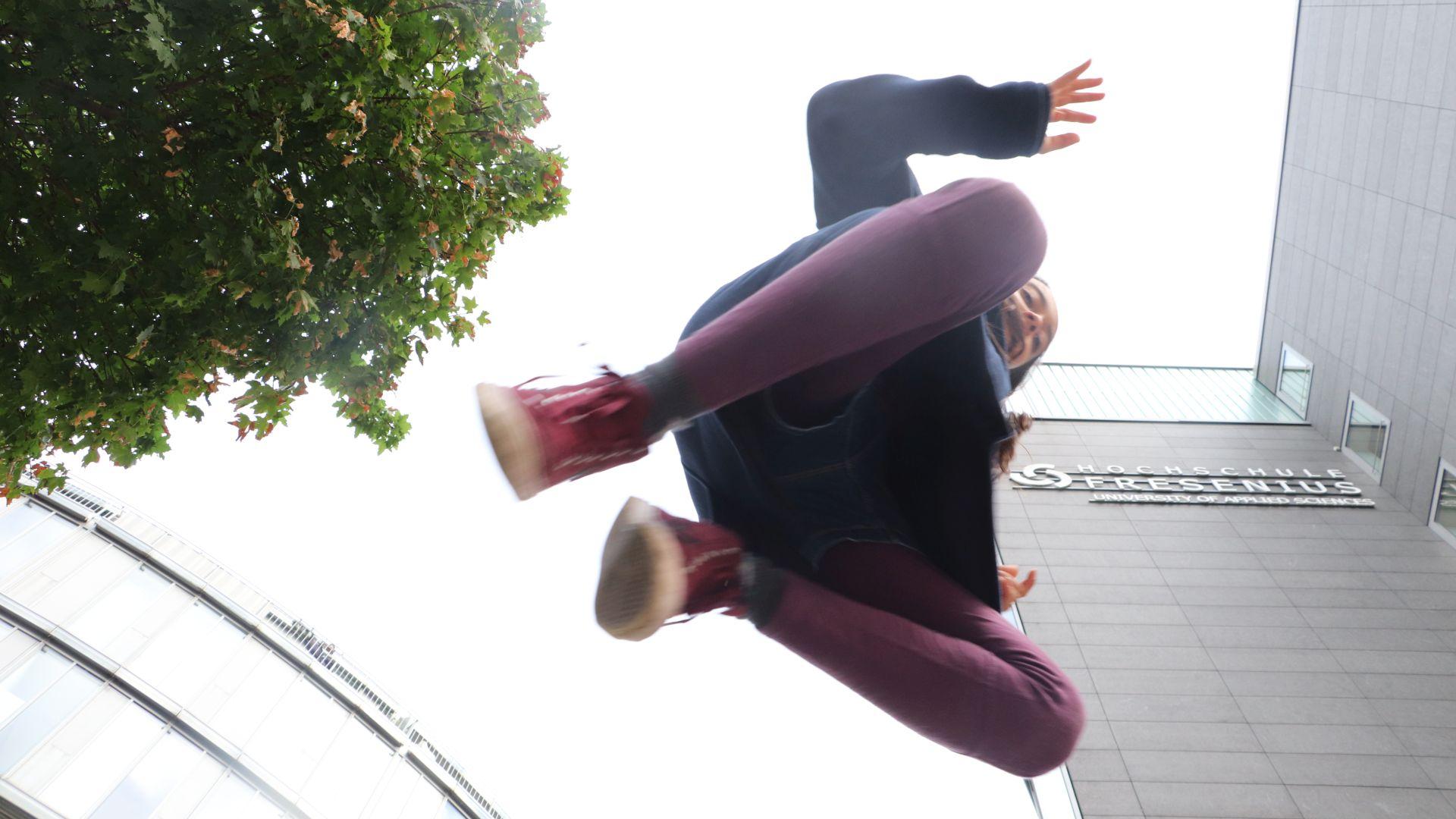 Mädchen springt und wird von unten Fotografiert