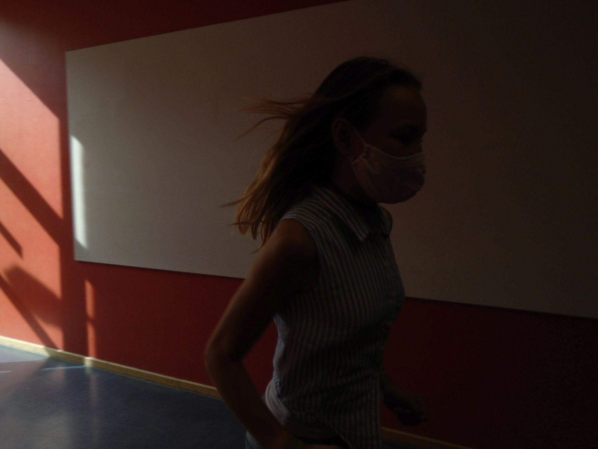 Mädchen rennt durchs Bild dunkler Hintergrund