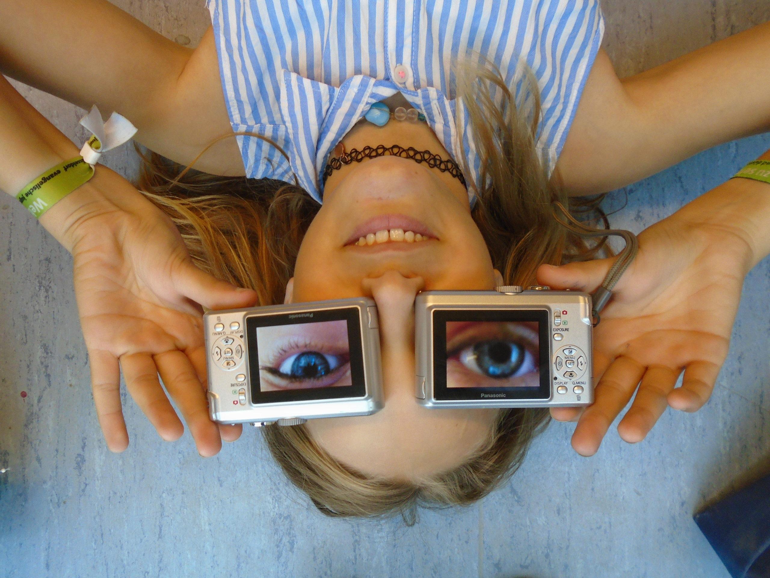 Mädchen auf dem Kopf, hat zwei Augen aus zwei Kameras