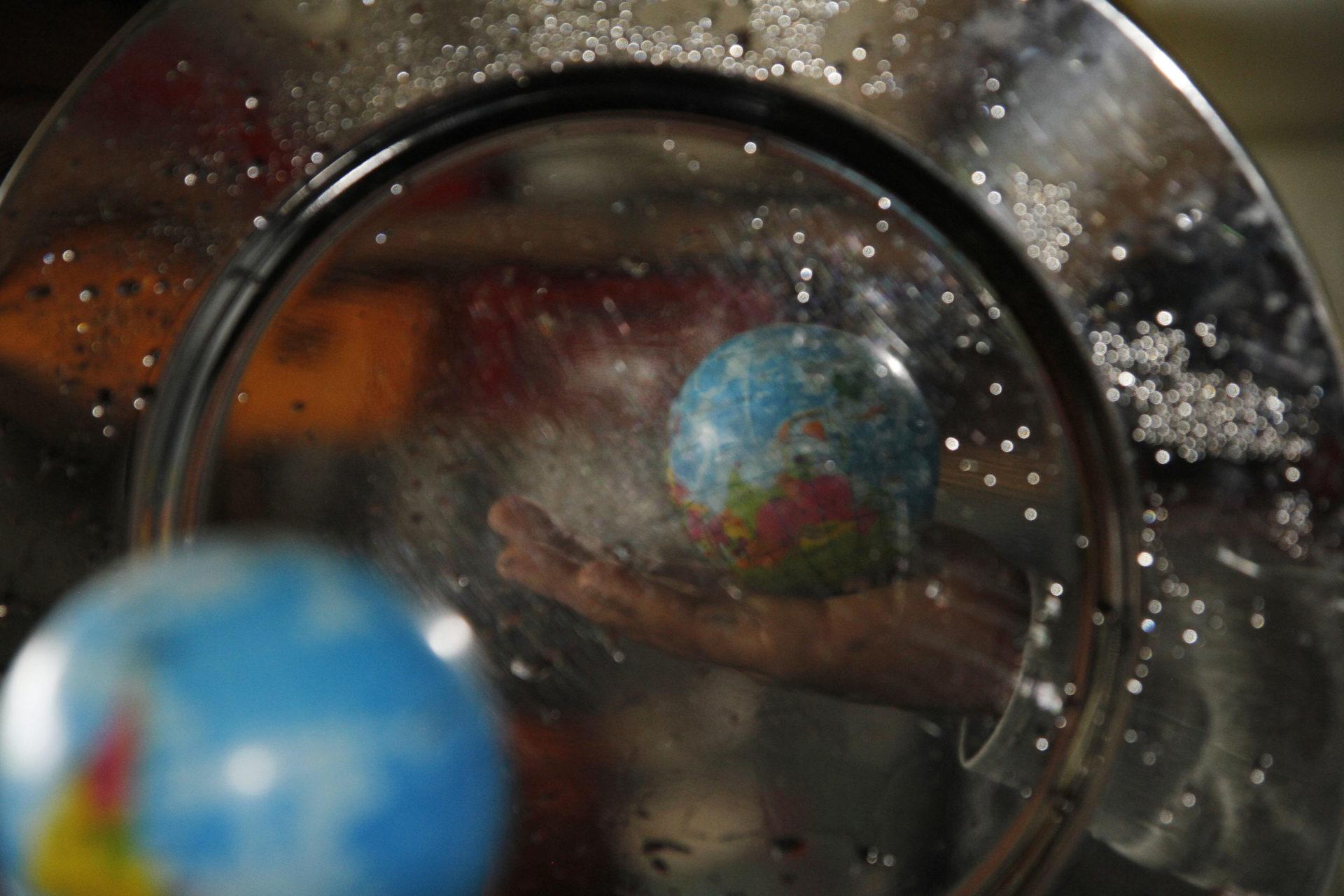 Weltkugel spiegelt sich in Glas