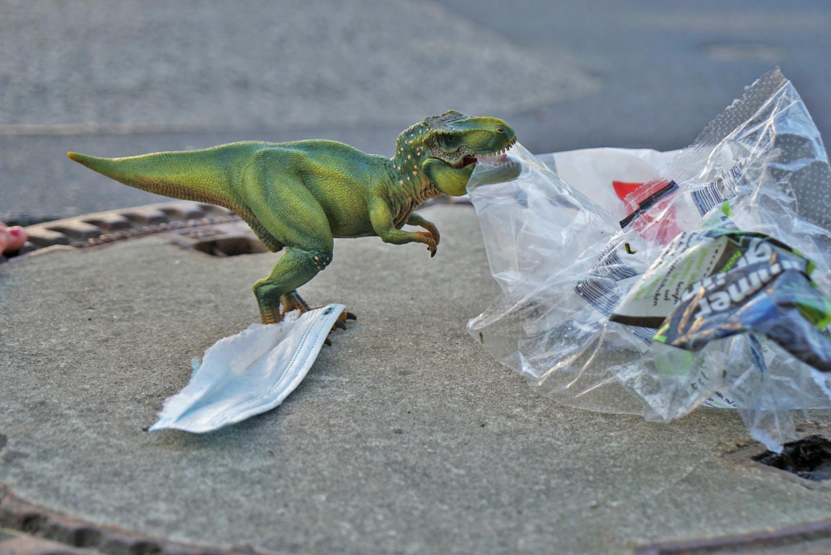 T-rexfigur frisst Plastikmüll