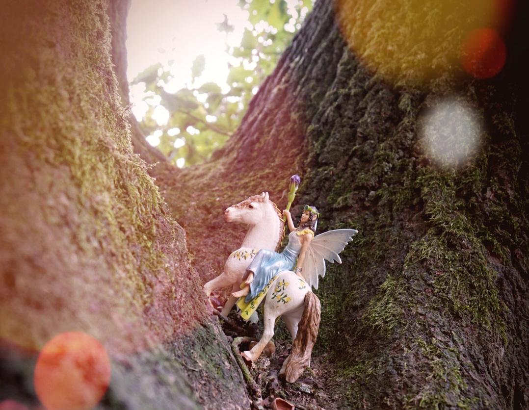 Figur von Pferd und Fee in einem Baum