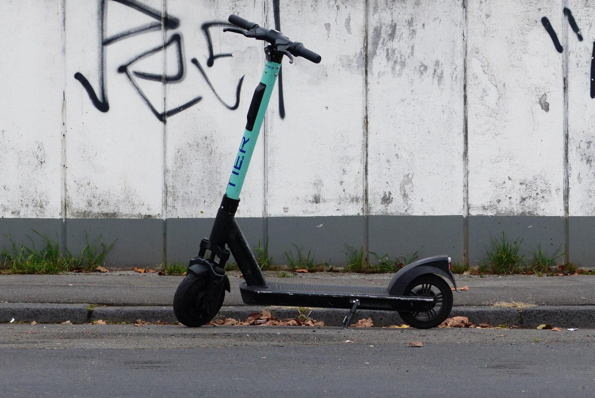 E-Roller steht auf Staße