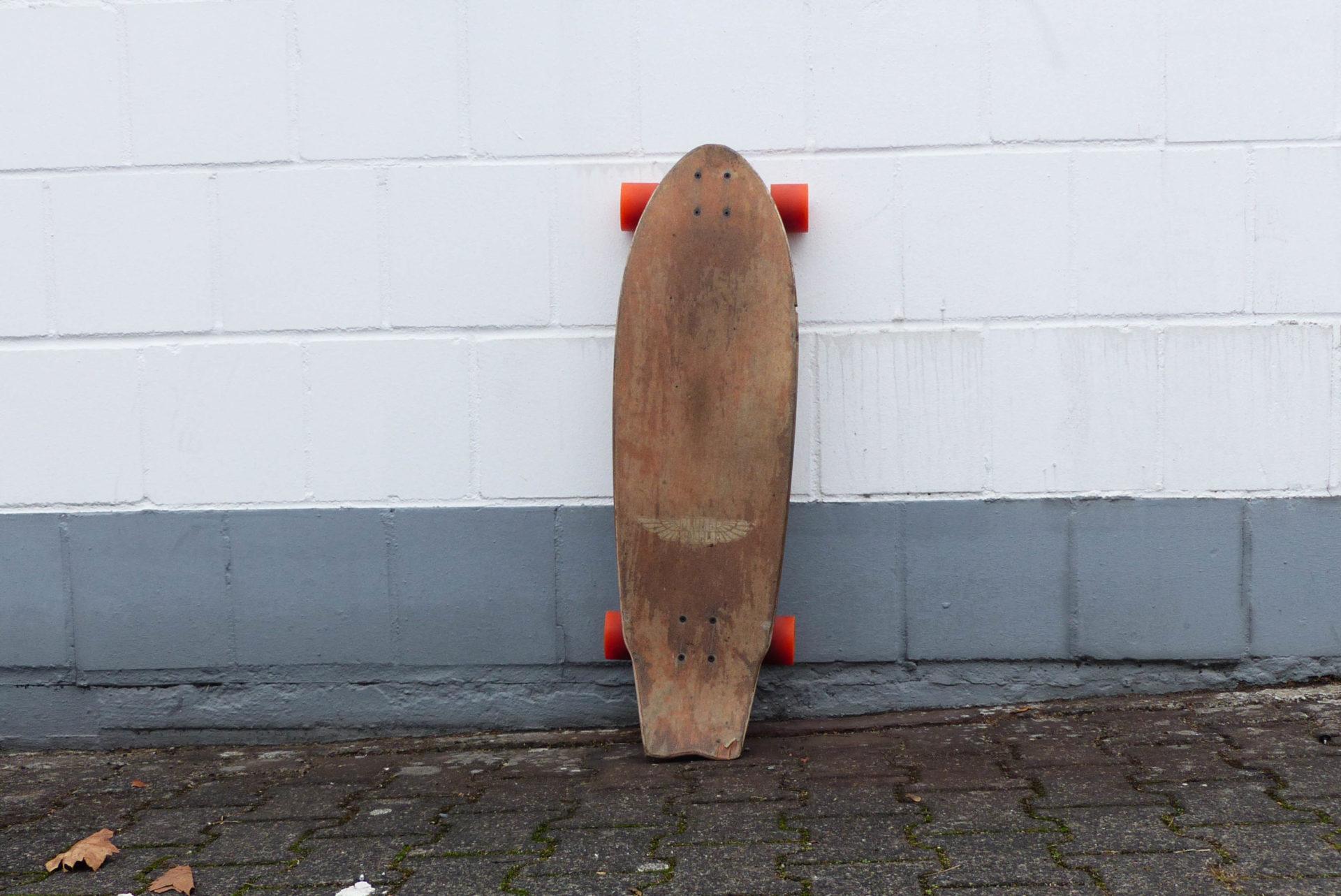 Longboard lehnt an Hauswand