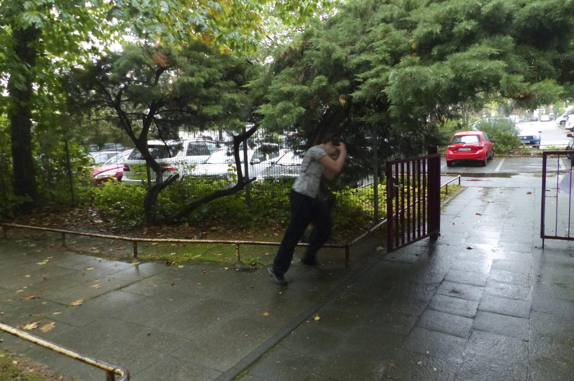 Ein Kind rennt zum Ausgang einen Hofes