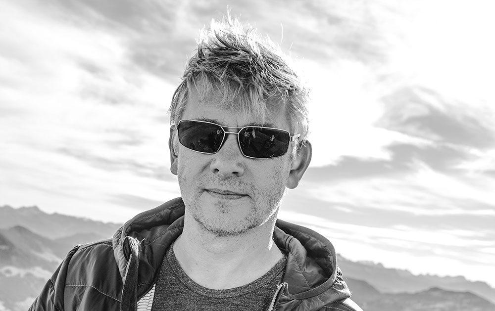Karsten Lindemann mit Sonnenbrille vor Bergkulisse