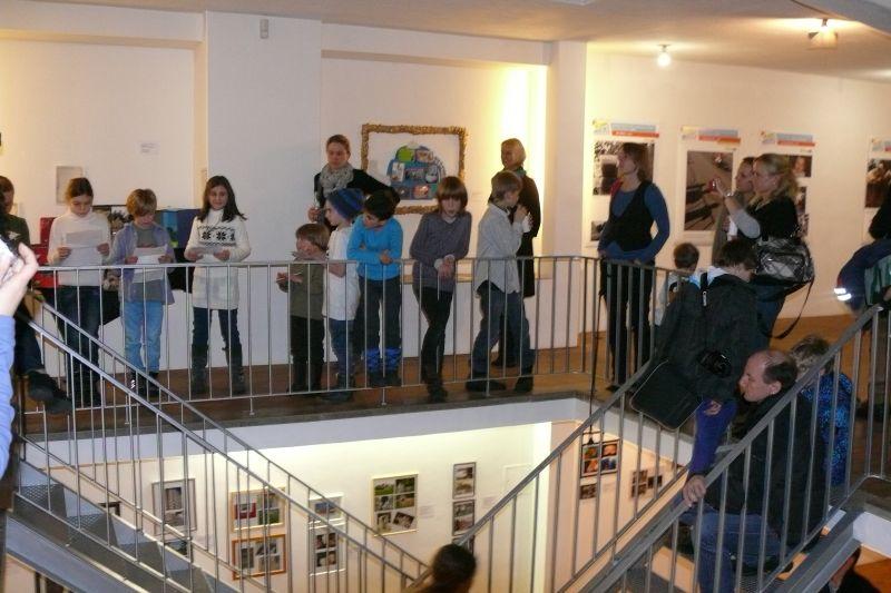 Kinder in Galerie
