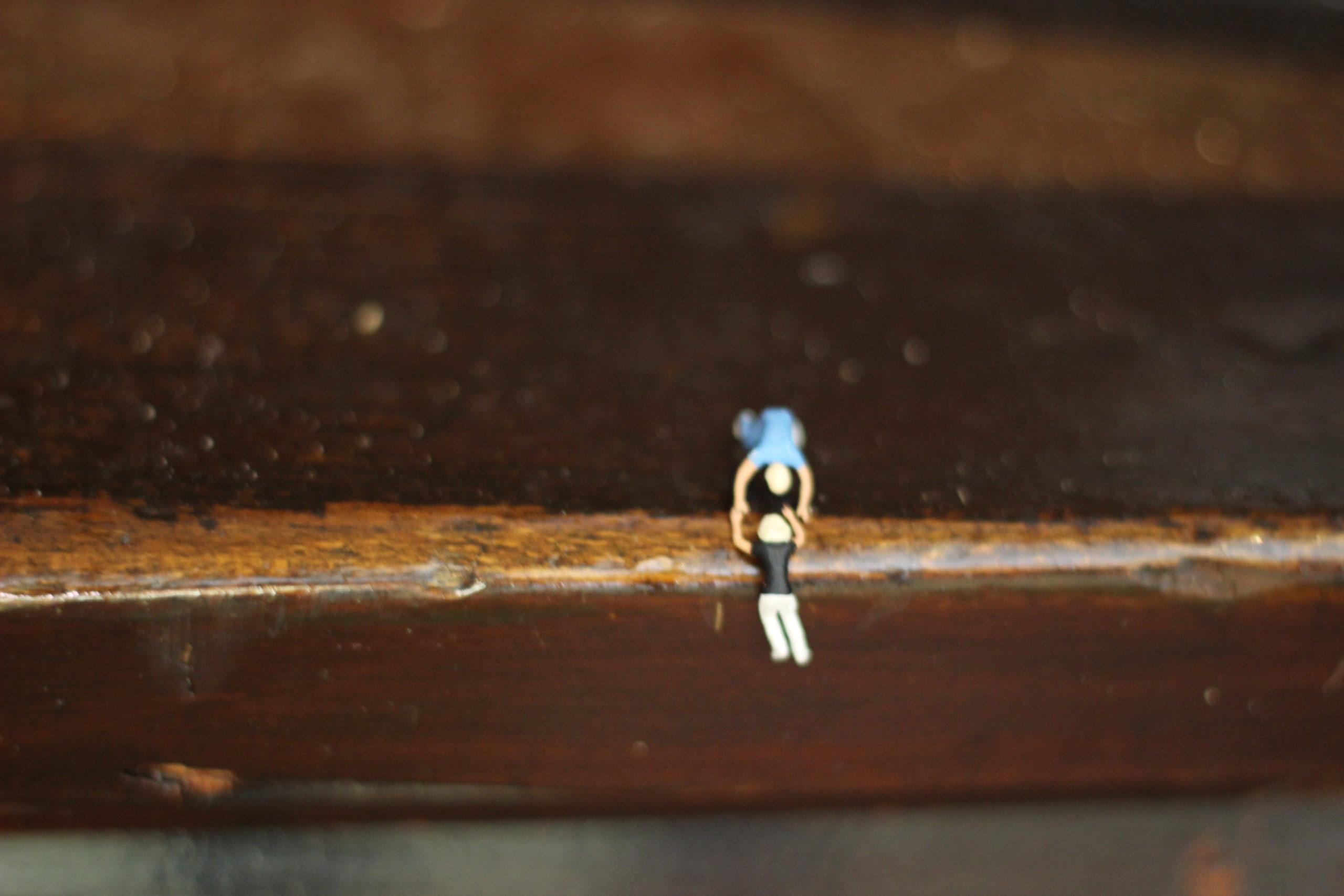Figur hängt an Holz