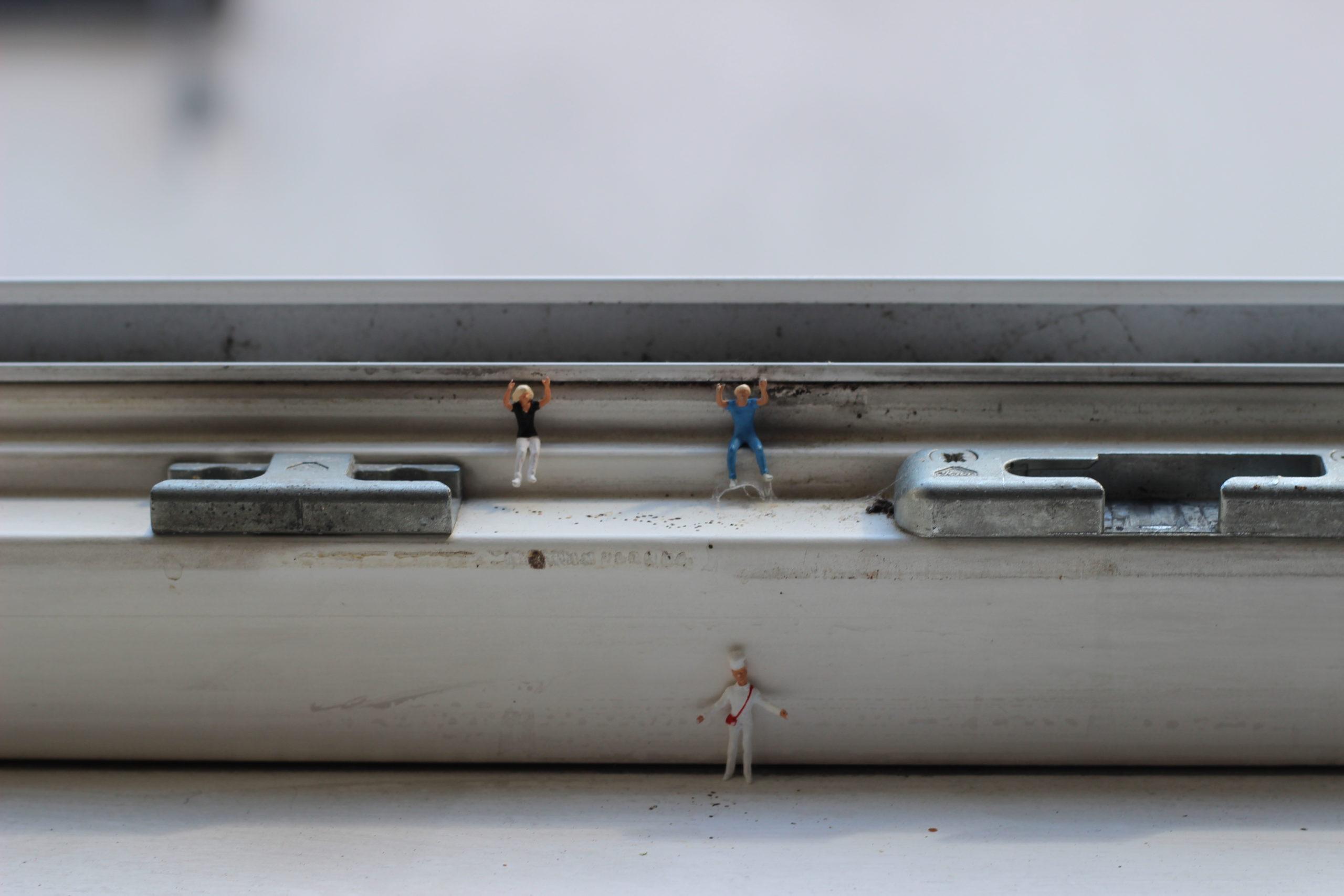 Drei Figuren befinden sich an der Fensterbank
