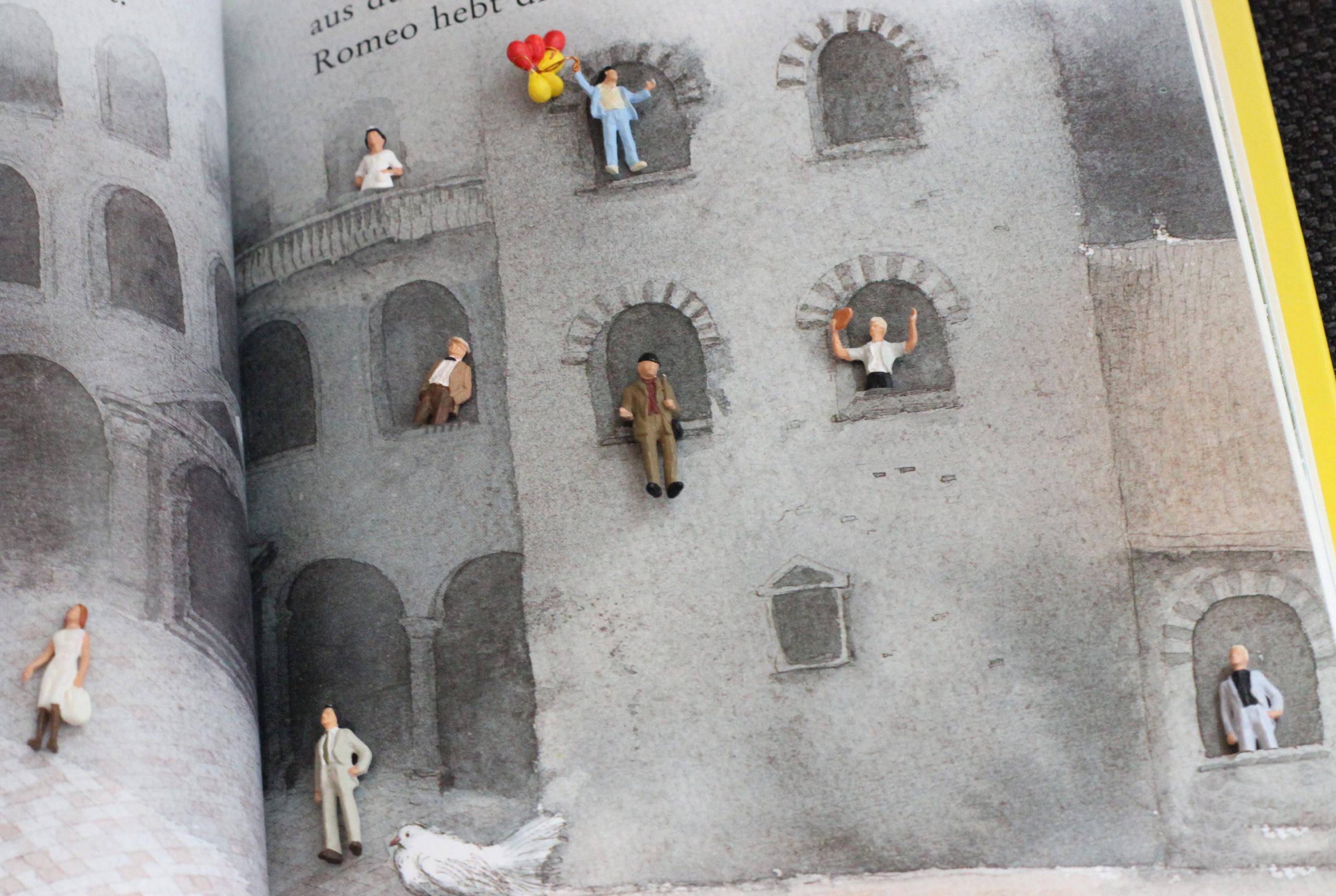 Kleine Figuren sitzen an Fenstern